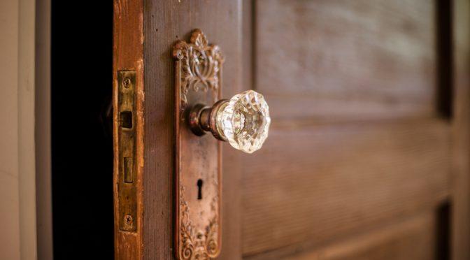 Wie dir eine einfache Tür die Geburtsarbeit erleichtern kann